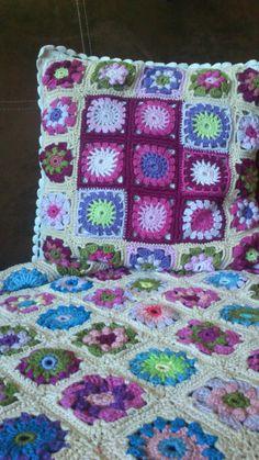 kwadraty babuni, szydełko, poduszka i pled