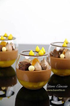 Postres en vaso. Compota de mango con mascarpone de chocolate, y mousse de chocolate. Para decorar, un gel de mango y bizcocho financier.