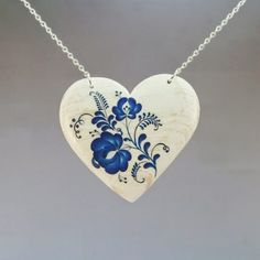 Drevený náhrdelník – Srdce modranský motív bielo-modré