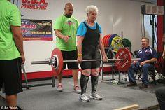 Shirley Webb, de 78 anos, se filiou ao Club Fitness em Wood Lawn, Illinois, há somente dois anos atrás. Ela foi à academia inicialmente apenas para acompanhar a sua neta de 20 anos nos treinos.  Atualmente, Shirley considera a academia a sua segunda casa! Ela vai diversas vezes por semana na academia, e frequentemente é vista fazendo exercícios de força, mas atualmente ela atingiu um marco em seu exercício favorito, o peso morto (deadlift), ao conseguir levantar uma barra com 110kg!
