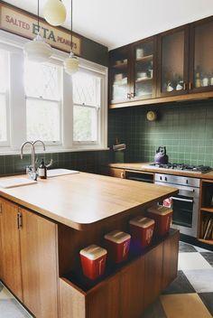 我們看到了。我們是生活@家。: 漂亮迷人的復古現代廚房! 墨爾本一間四口之家的翻新,由Hearth室內設計工作室所完成