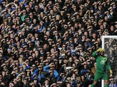 Everton's Tim Howard and fans (© REUTERS/Phil Noble)