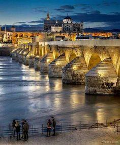 Puente romano de Córdoba sobre el río Guadalquivir a su paso por esta ciudad.