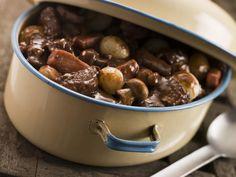 Fleuron de la gastronomie française, le bœuf bourguignon, cuisiné au vin rouge de Bourgogne, garni de champignons, petits oignons et lardons par Bernard Loiseau.