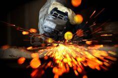 percage metal: sciage de métal de près avec des étincelles