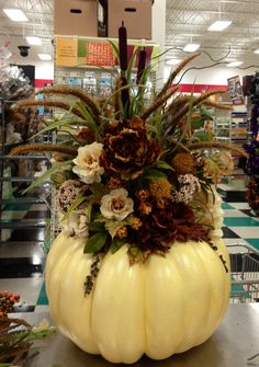 Thanksgiving Decoration Centerpiece Ideas with Flowers - Thanksgiving Decorations Pumpkin Arrangements, Fall Floral Arrangements, Pumpkin Centerpieces, Thanksgiving Centerpieces, Centerpiece Ideas, Fall Pumpkins, Halloween Pumpkins, Diy Halloween, Halloween Projects
