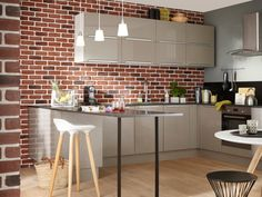 Un mur en briques rouges pour une cuisine dynamique