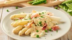 Spargel mit Lachsschinken-Erbsen-Sauce - einfach zubereitet und sooo geschmackvoll.