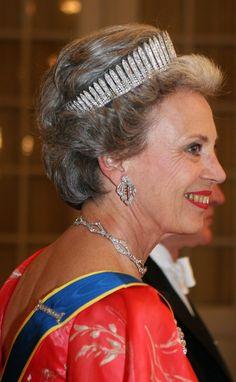 A good profile view of the Sayn Wittgenstein Berleburg fringe tiara