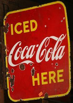 Love those old beat up Coca-Cola signs. Coca Cola Poster, Coca Cola Drink, Coca Cola Ad, Always Coca Cola, Pepsi, Vintage Tin Signs, Vintage Coke, Vintage Posters, Decoupage