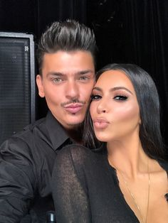 Kim Kardashian enjoys a sweet treat after NYC makeup class Malcolm Gladwell, Look Kim Kardashian, Kardashian Jenner, Kylie Jenner, Kardashian Fashion, Mario Makeup Artist, Makeup Artists, Tony Robbins, Beauty Makeup