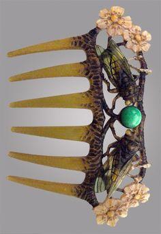 An Art Nouveau horn comb.