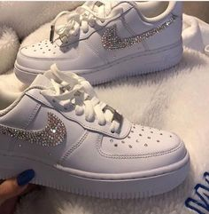 Image shared by Find images and videos about white, shoes and nike on We Heart It - the app to get lost in what you love. Moda Sneakers, Cute Sneakers, Shoes Sneakers, Women's Shoes, Souliers Nike, Tenis Nike Air, Nike Af1, Nike Shoes Air Force, Aesthetic Shoes