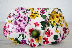 Vintage floral print clutch. Drops by CosturillaHandmade on Etsy, €19.00