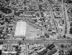 """Una #Fotografia #Aerea de 1964 en la que se aprecia del lado derecho el cruce de #InsurgentesSur y #RioMixcoac, con la llamada """"glorieta del #CineManacar"""", que fue removida años más tarde. A la izquierda se encuentra una tienda #ComercialMexicana que aún existe.  Imagen: #ICA #Aerofoto  Vía @Candidman"""