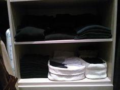 Cabina armadio: sopra, maglioni (tutti girocollo, neri e blu, non porto camicie), sotto biancheria.