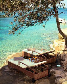 Installé au bord d'une crique cristalline, Little Green Bay vient d'ouvrir ses portes sur l'île de Hvar en Croatie. L'occasion pour Vogue.fr d'aller visiter ce petit paradis.