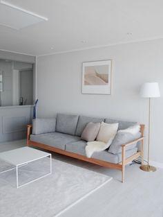 짙은 체리색 걷어내고 그레이로 넓어진 24평 아파트 - 1등 인터넷뉴스 조선닷컴 - 땅집고 > 인테리어 Tiny Living Rooms, Living Room Interior, Living Room Designs, Japanese Living Rooms, Indian Home Interior, Home Interior Design, Apartment Design, Apartment Interior, Muji Home