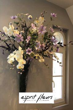 Clématites, orchidées, feuillages, baies aux tonalités douces pour agrémenter votre bureau .  Esprit fleurs « créateur de vote paysage intérieur » Boutique Esprit, Floral Wreath, Wreaths, Home Decor, Berries, Desk, Landscape, Flowers, Flower Crowns