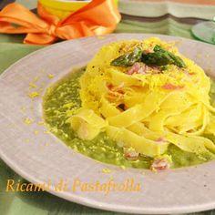Tagliatelle con crema di asparagi, pancetta e mimosa di tuorlo d'uovo / Tagliatelle with asparagus cream, bacon and mimosa egg yolk