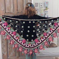 Pattern 'Rosita' Stola (PDF) - Adinda's World - Official website of Adinda Zoutman Crochet Poncho, Cute Crochet, Crochet Scarves, Beautiful Crochet, Crochet Yarn, Crochet Clothes, Crochet Flowers, Crochet Stitches, Crochet Patterns