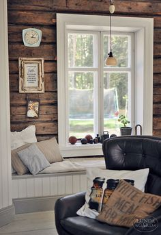 L U N D A G Å R D - fin platsbyggd bänk under fönstret, inmålad i linoljefärg och med linnekuddar för att mjuka upp det hela