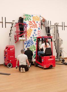 """WRAPIT-TAPEIT-WALKIT-PLACEIT reúne imágenes de embalajes, montajes y manejo de obras antes o después de las exposiciones, """"obras de arte en transición"""".  http://nodocultura.com/2015/03/marcapaginas-marzo-2/"""