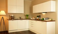 Ruskea taso luo kivasti tunnelmaa muuten valkoiseen keittiöön.