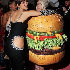 Katy Perry Changed Into a Hamburger Outfit and Kissed Celine Dion at the Met Gala After Parties Katy Perry Kostüm, Katy Perry Dress, Stella Maxwell, Joan Collins, Julianne Moore, Jeremy Scott, Celine Dion, Gwen Stefani, Party Looks