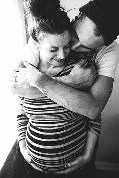 couple hug maternity pic