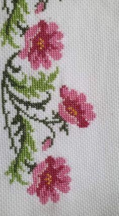 Biscornu Cross Stitch, Cross Stitch Borders, Simple Cross Stitch, Cross Stitch Designs, Cross Stitching, Cross Stitch Embroidery, Cross Stitch Patterns, Butterfly Cross Stitch, Cross Stitch Flowers