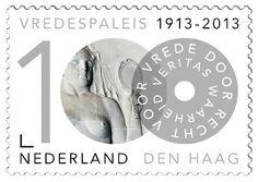 Veritas (waarheid) Reliëf van zandsteen dat deel uitmaakt van een van de wanden in de Grote Rechtszaal. Het werd ontworpen door de Nederlandse beeldhouwer Toon Dupuis (1877-1937). De voorgestelde allegorie, Veritas, is te herkennen aan de spiegel waarin zij kijkt en verwijst naar zelfkennis.