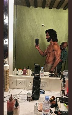 Shahid kapoor 26.1.18 Mature Mens Fashion, Indian Men Fashion, Indian Bollywood Actors, Bollywood Stars, Spiderman Pictures, Beard Look, Shahid Kapoor, Male Torso, Celebrity Workout