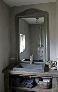 Badkamer landelijke stijl met op de wand Carte Colori Beton Ciré in de kleur Leem. Project van Slotboom Stucadoors.