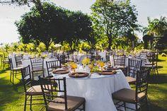 As cadeiras chocoate vs. o claro da vegetação. Grazi & Eduardo – Casamento no campo
