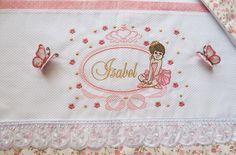 Personalize o enxoval de berço do seu bebê com o jogo de lençol bordado 3 peças: lençol de baixo com elástico, lençol de cima com virol bordado, fronha decorada. Personalizamos o bordado na cor e padrão desejado!    O tamanho é padrão americano.    Tecido percal 180 fios.
