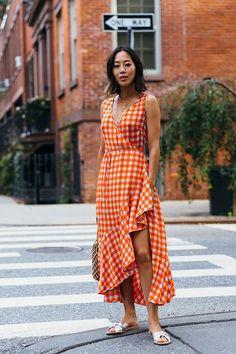 6 cores que são a cara desse verão. Vestido laranja xadrez vichy envelope com babados, rasteirinha com laço