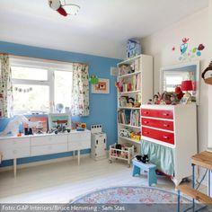 Die blaue Wandfarbe dominiert das Kinderzimmer, wirkt aber sofort harmonisch, wenn weitere Elemente des Raumes einen Ton der Farbfamilie aufgreifen. Das Hochbett sorgt dafür, dass im Kinderzimmer noch reichlich Platz zum Spielen bleibt.