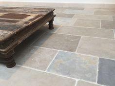 Sint Emilion is een heel bijzondere matte natuursteenvloer in een warme kleurschakering. De verouderde tegels passen perfect bij een landelijke stijl.