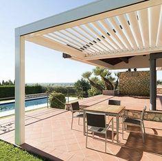 pergola bioclimatique blanche, style contemporain, pergola, installée près d'une piscine, un coin repas sympa