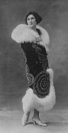 """Manteau 1923, Les Modes (Paris) October 1923 """"Origan"""" Manteau de la Maison Emile Bechoff"""