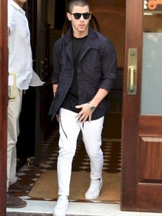 White jeans for men can be beneficial when you are going out on a regular basis. The advantages of these jeans should be checked when you are going to invest. White Outfit For Men, White Pants Men, Best White Jeans, White Pants Outfit, White Denim, Smart Casual, Men Casual, Mens Fashion Suits, Fashion Menswear