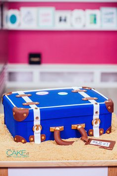 Pack your bags! I've caked us a vintage-style LUGGAGE CAKE for our next vacation!