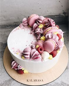 Wedding Cake decorated with #macarons and #redfruits, coloured whipped cream. #weddingcake #macarons #niceideas