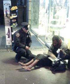Un ofițer de poliție îi oferă o pereche de ghete unui om al străzii.