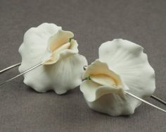 Ivory white sweet pea flower earrings
