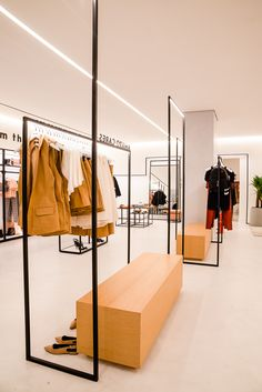 Fashion Shop Interior, Clothing Boutique Interior, Fashion Store Design, Clothing Store Design, Fashion Brand, Design Boutique, Boutique Decor, Showroom Interior Design, Interior Design Images