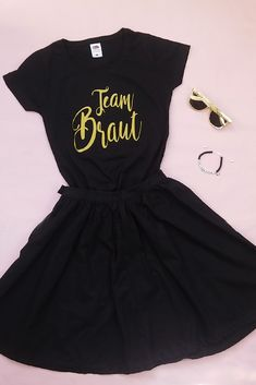 Team Braut Outfit im Glamour-Style – Diana – Team Bride Outfit in Glamor Style – Diana – Team Bride, Belted Shirt Dress, Tee Dress, Team Braut Shirts, Lace Bridal, Outfits Fiesta, Estilo Glamour, Diana, Mode Jeans