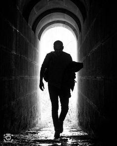 Mann im Gegenlicht - Fotografie Tipps, Kreativität und Fotoideen auf like-foto.de.