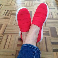Marca: Skechers. Modelo: Oasis. O objetivo da Skechers é fazer você esquecer que está calçando um sapato. Só que é tão gostoso de caminhar neles que você lembra, por causa do prazer :)